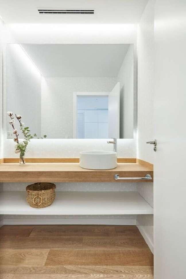 3. Decoração minimalista com bancada planejada para banheiro com piso de madeira – Foto: Homify