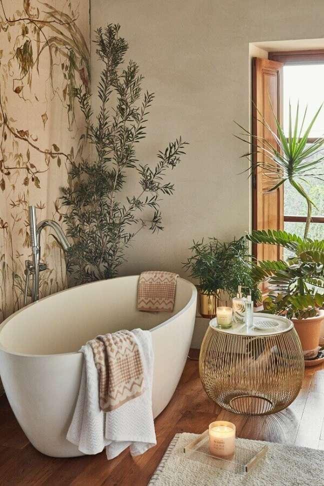 1. Banheira de imersão para decoração de banheiro com piso de madeira – Foto: MiCasa