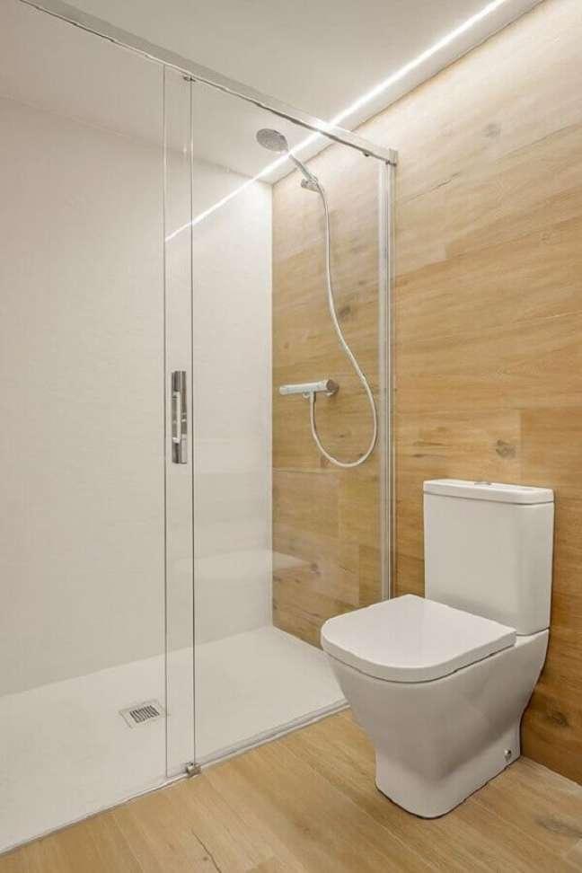 33. Decoração minimalista para banheiro com piso de madeira – Foto: Estúdio Matmata