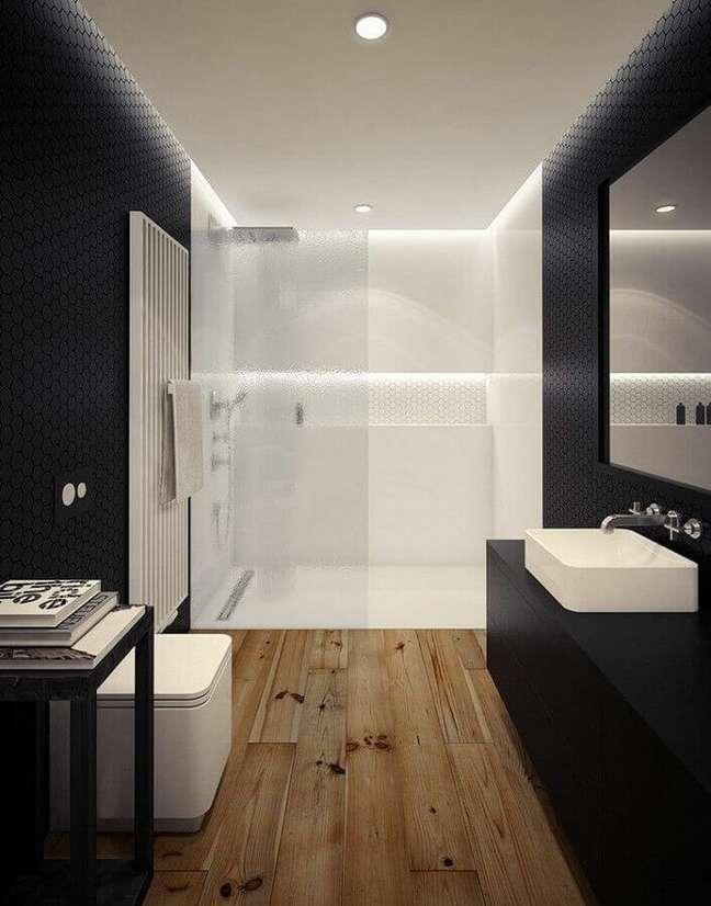 39. Decoração moderna em preto e branco para banheiro com piso de madeira – Foto: Deavita