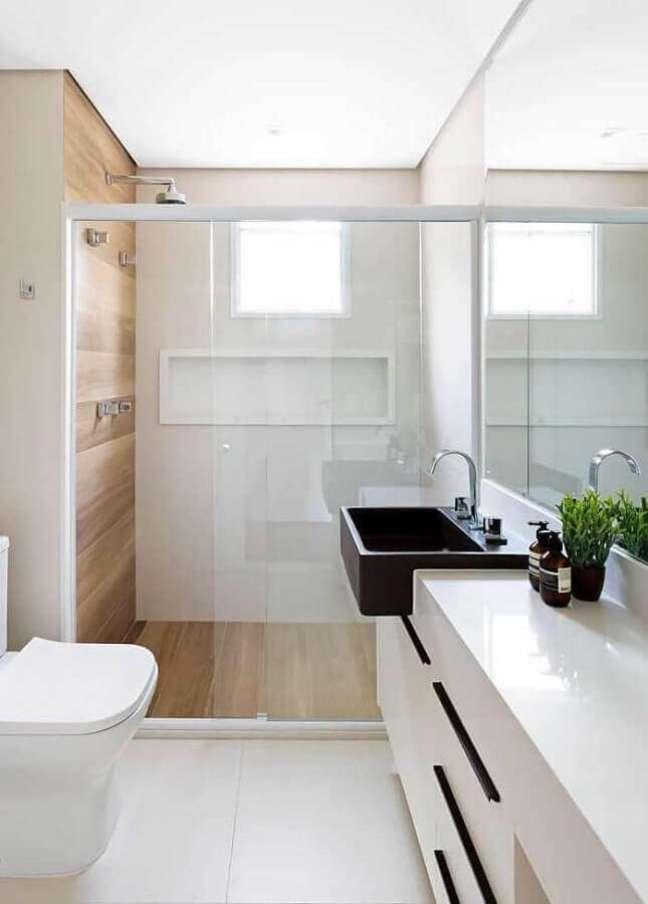 2. Decoração clean com cuba preta para banheiro pequeno com piso de madeira – Foto: HH Arquitetura e Interiores