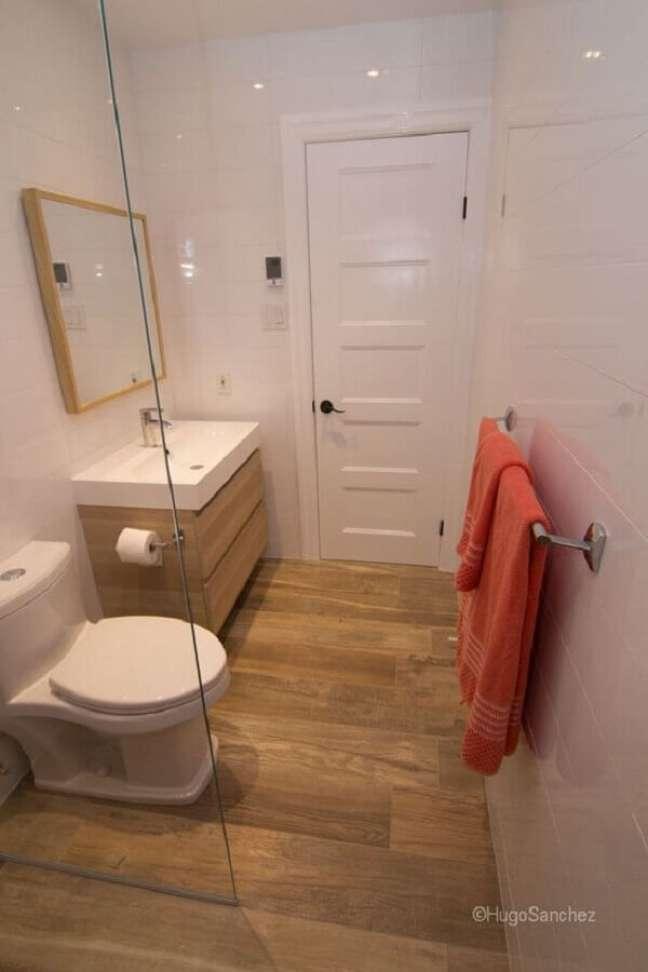 47. Decoração simples para banheiro pequeno com piso de madeira – Foto: Ceramiques Hugo Sanchez Inc