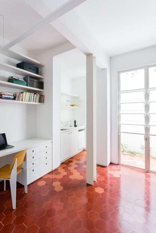 19. Decoração moderna com piso vermelho. Fonte: Felipe Hess