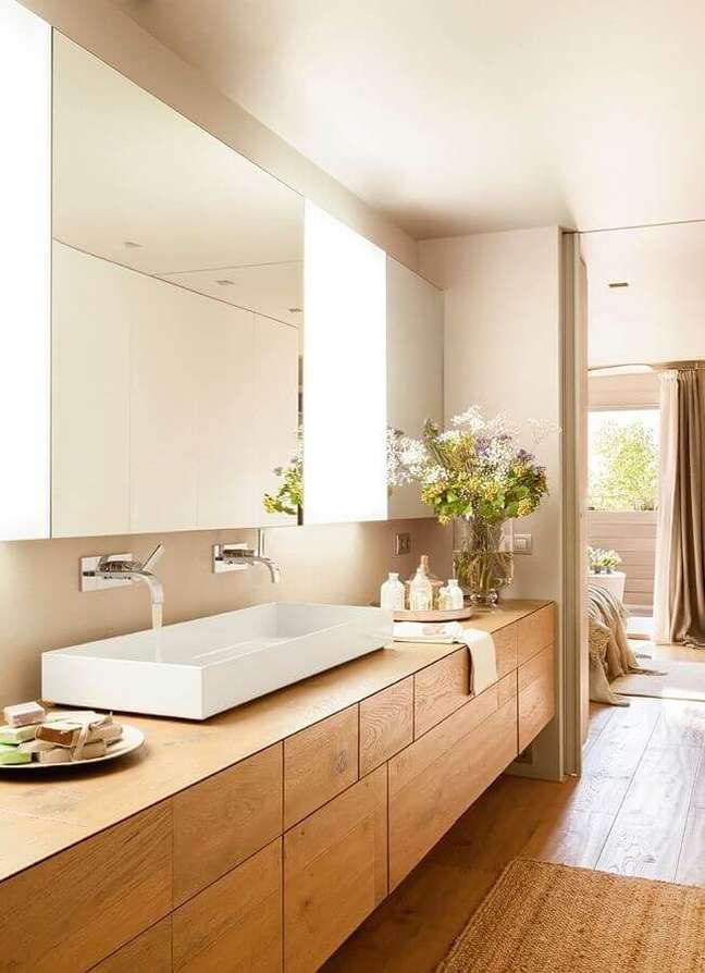 19. Cores neutras para decoração de banheiro com piso de madeira planejado – Foto: El Mueble