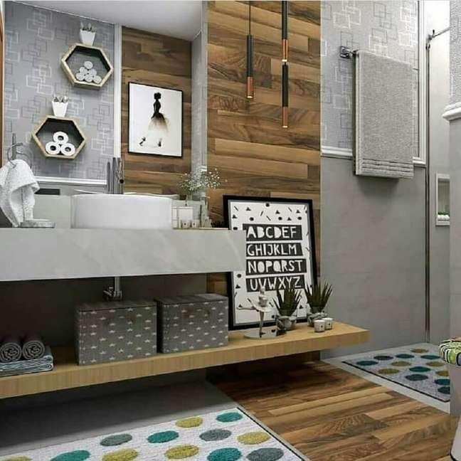 40. Decoração moderna para banheiro com piso de madeira e bancada de cimento queimado – Foto: Dicas Decor