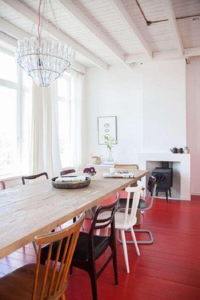 33. O piso vermelho traz personalidade para sua decoração. Fonte Remodelista