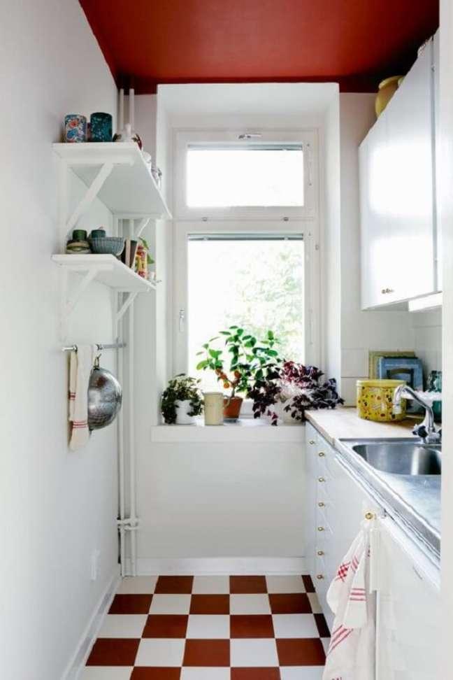16. Cozinha compacta com piso vermelho xadrez. Fonte: Hus & Hem