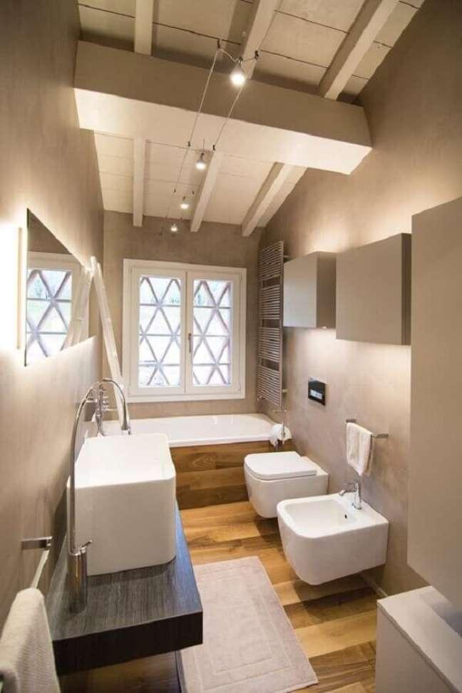 30. Decoração de banheiro pequeno com piso de madeira e banheira – Foto: The Architect's Diary