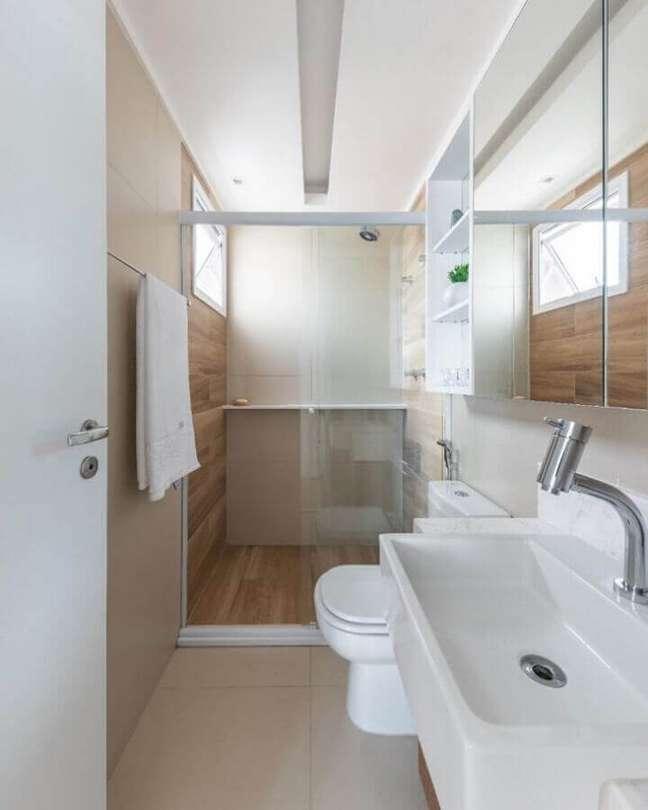 31. Decoração em cores neutras para banheiro com piso de madeira no box – Foto: Debora Vassao