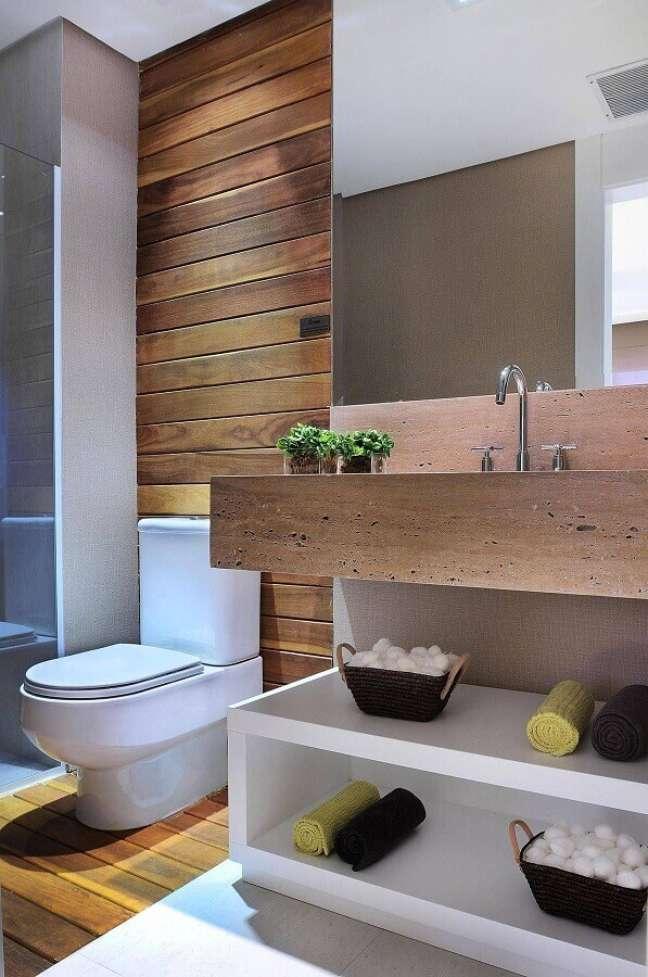 41. Decoração moderna para banheiro com piso de madeira e bancada planejada – Foto: Houzz