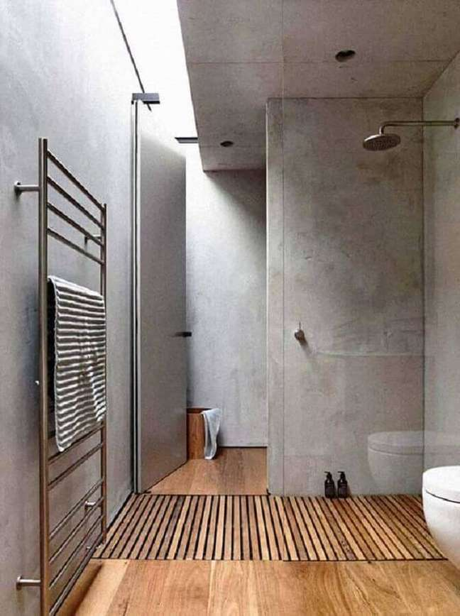 37. Decoração moderna com parede de cimento queimado para banheiro com piso de madeira – Foto: Home Fashion Trend