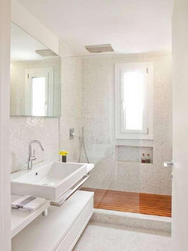 23. Decoração clean para banheiro com piso de madeira e pastilhas brancas – Foto: Decor Fácil
