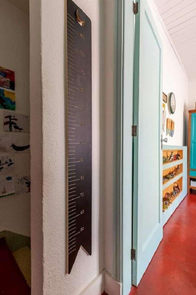 30. O piso vermelho se destaca na decoração. Fonte: Casa de Valentina