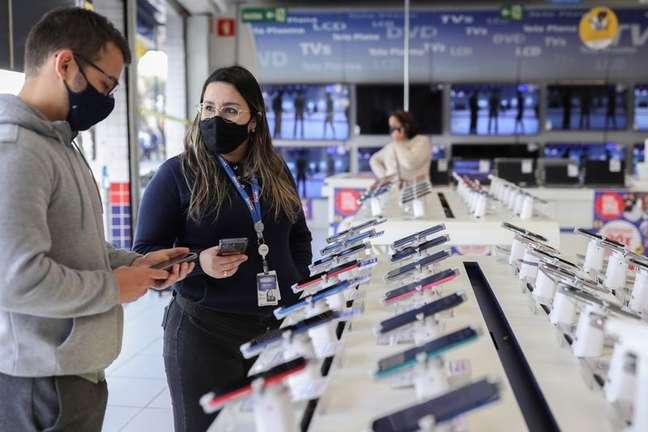 Vendedora atende cliente em loja da Casas Bahia, da Via. 3/8/2021. REUTERS/Amanda Perobelli