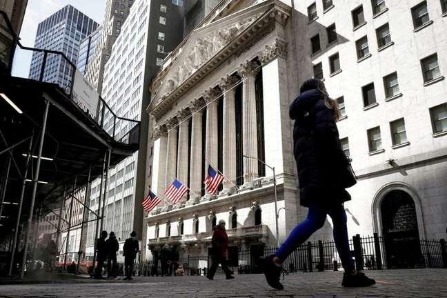 Pedestres caminham em frente à Bolsa de Valores de Nova York 19/03/2021 REUTERS/Brendan McDermid