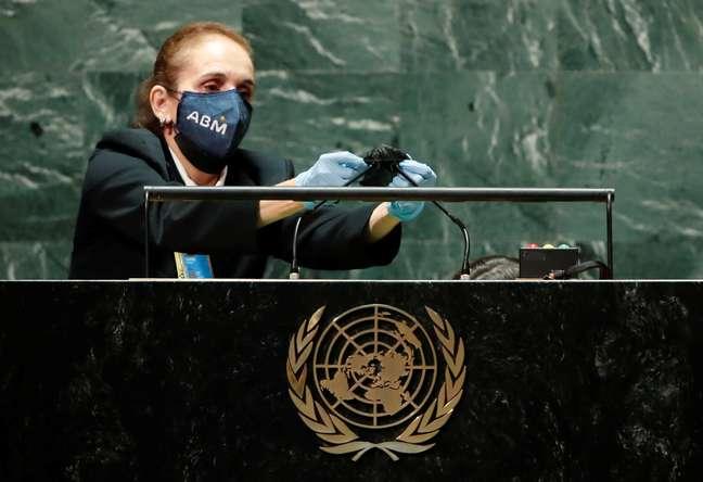 Púlpito foi limpo e a cabeça do microfone substituída entre os discursos