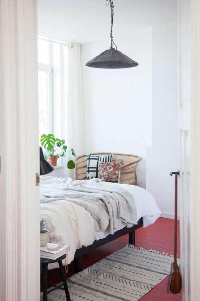 46. Quarto clean com piso vermelho. Fonte My Scandinavian Home