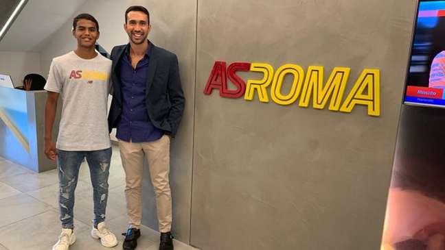 Na Roma, João Gabriel posa ao lado de seu empresárioJoão Paulo Marangon (Foto: Divulgação/Arquivo Pessoal)