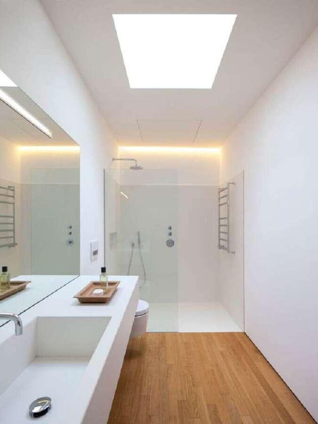 32. Decoração minimalista com bancada planejada para banheiro com piso de madeira – Foto: Habitissimo