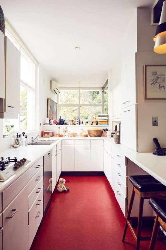 15. Cozinha compacta clean com piso vermelho. Fonte: Homes To Love AU