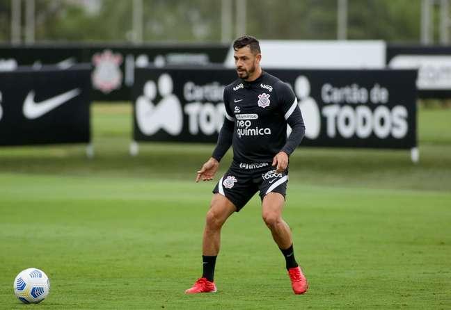 Giuliano durante o treino do Corinthians desta terça-feira no CT Joaquim Grava