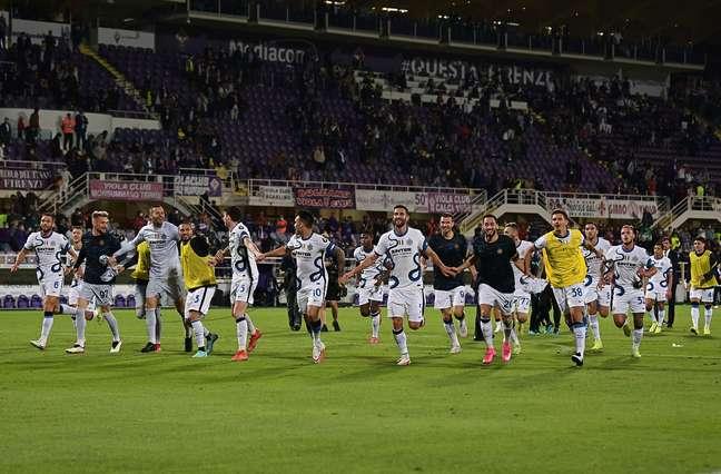 Jogadores da Inter correm pra saudar torcedores após a vitória desta terça-feira