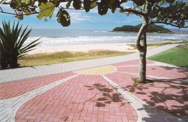 38. Piso intertravado vermelho em calçada de praia. Fonte Decorei
