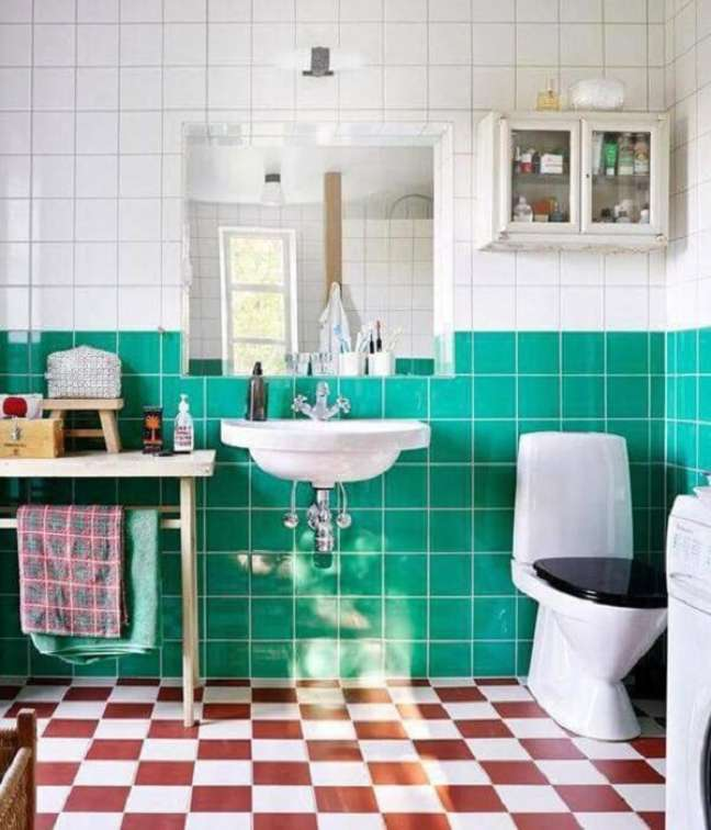 25. Este banheiro usa os pisos antigos para gerar contraste no ambiente. Fonte: Kitchen Bath Design Center
