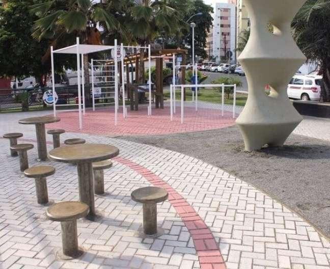 11. Área pública com piso de concreto. Fonte: Construindo Decor