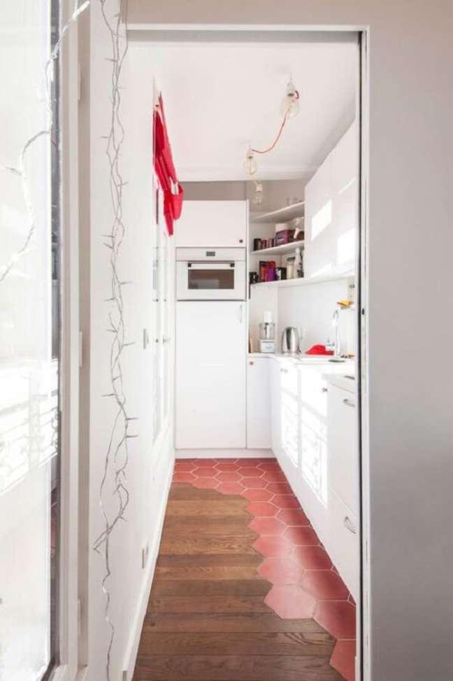 47. Piso vermelho e madeira se misturam no revestimento da cozinha. Fonte: Côté Maison