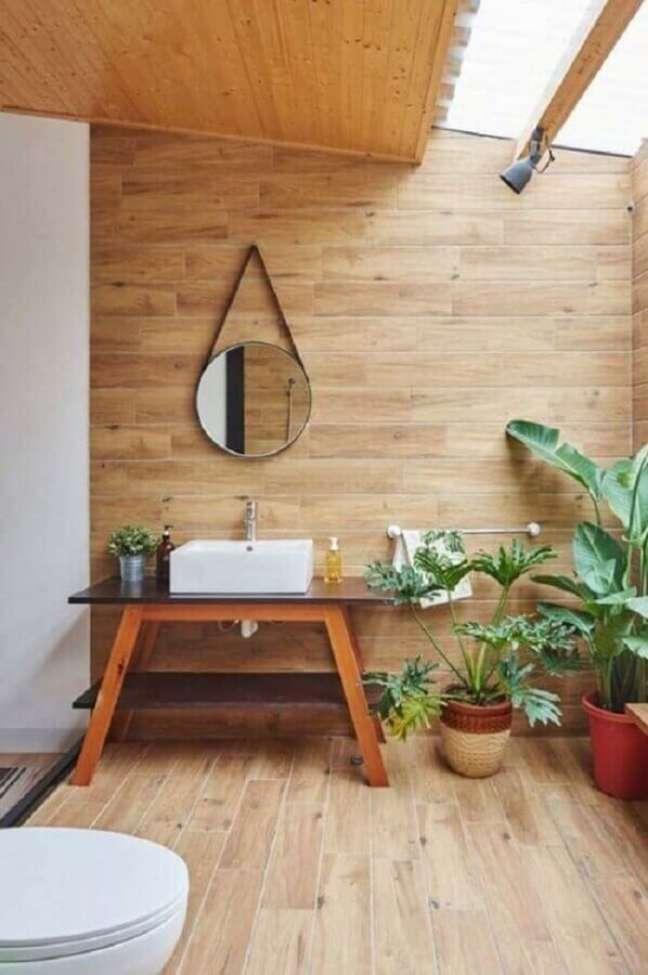 58. Vasos de plantas para decoração de banheiro com piso de madeira – Foto: Decor Fácil