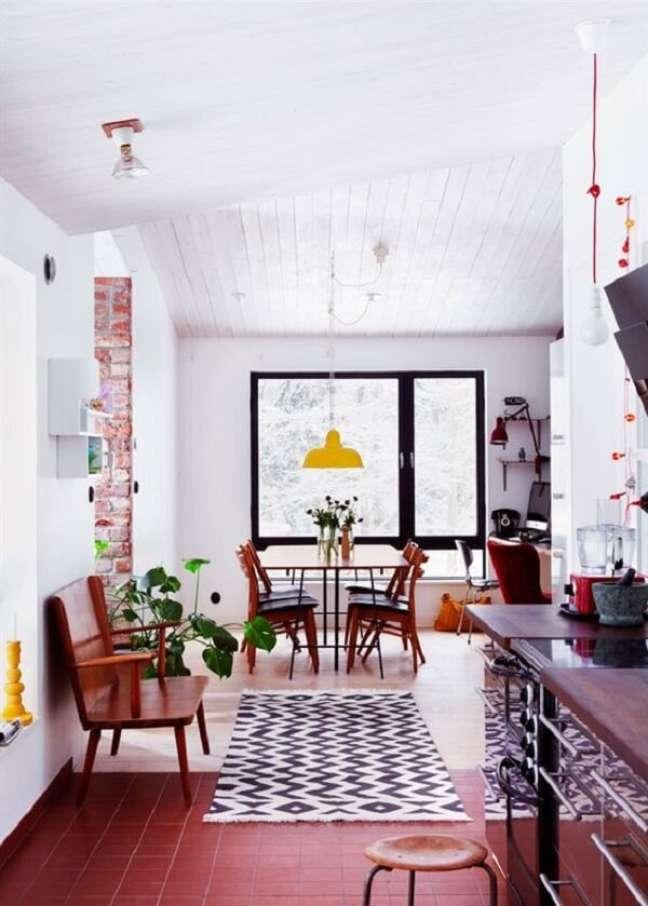 31. O piso vermelho se estende por todos os ambientes da casa. Fonte Blog Lovin