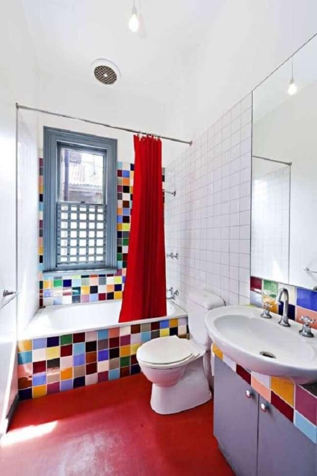 13. Banheiro com piso vermelho. Fonte: Nelson Alexander