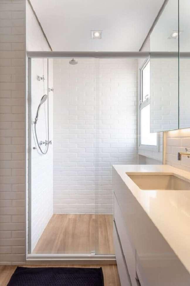 52. Metro white para decoração de banheiro com piso de madeira – Foto: Marina Carvalho