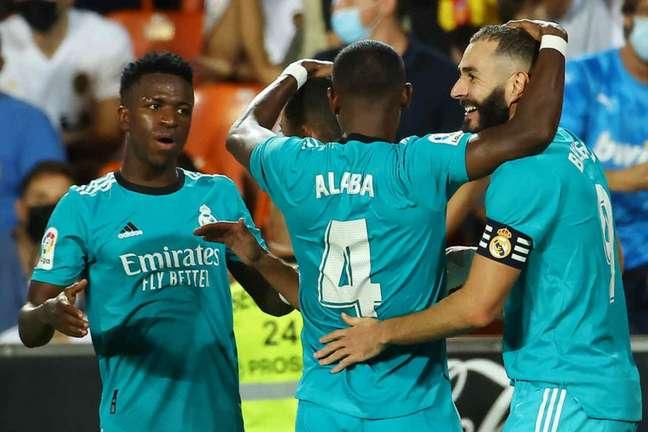 Vini Jr. e Benzema lideram o Real Madrid no começo do Campeonato Espanhol (Foto: JOSE JORDAN / AFP)