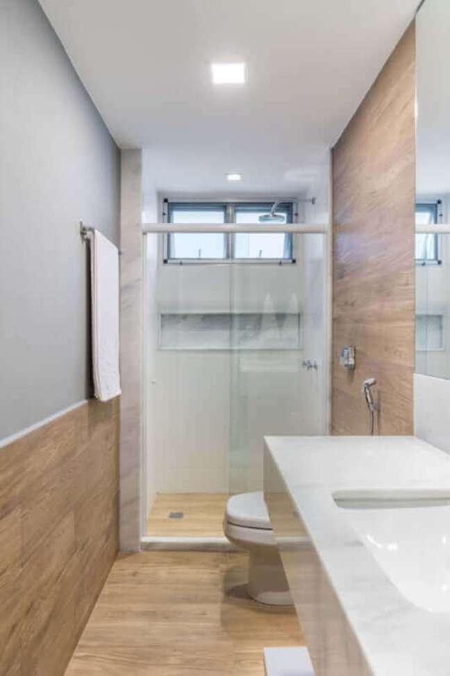 46. Decoração simples para banheiro com piso de madeira pequeno – Foto: Decor Fácil