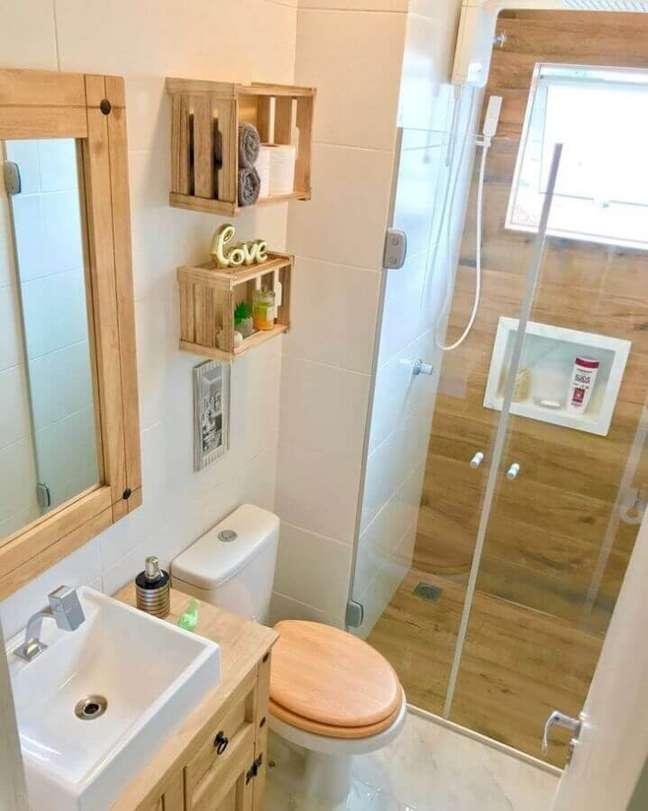 5. Decoração simples para banheiro com piso de madeira no box – Foto: Apto 304 by Pierre