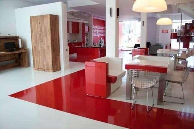 5. Projeto com piso vermelho e branco feito com porcelanato líquido. Fonte: Montante