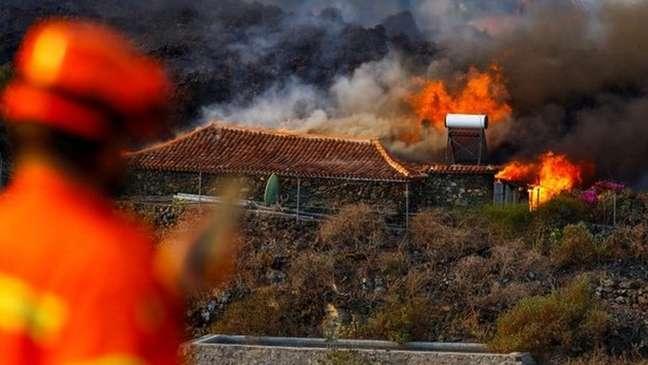 Casa sendo destruída pelo fogo em La Palma