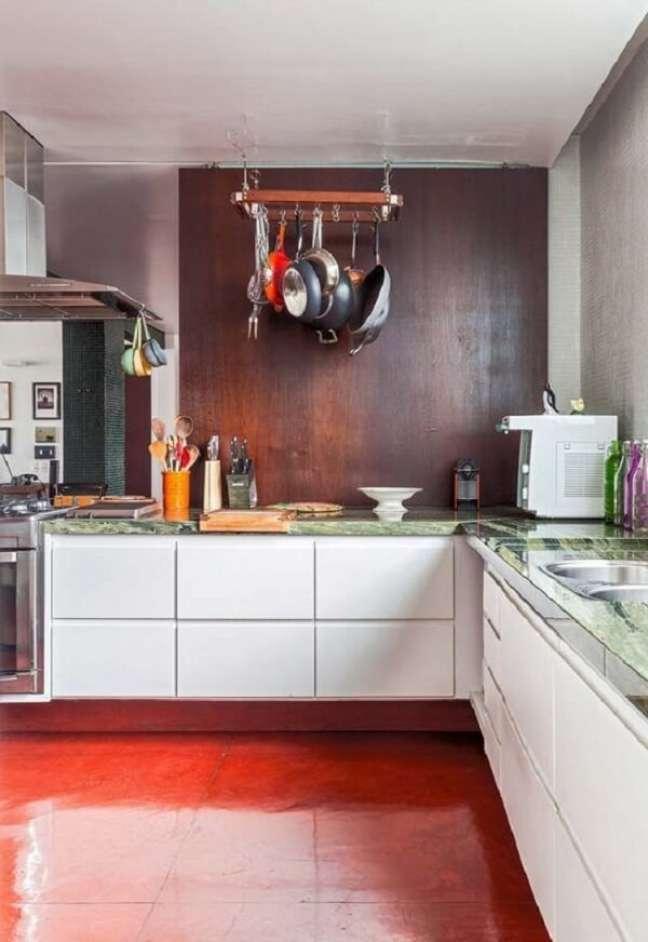 17. Cozinha moderna com piso queimado vermelho. Fonte: Decor Fácil