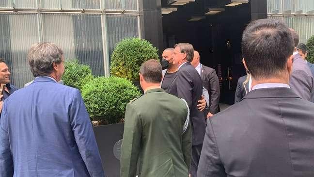 Apoiadores tiram foto com Jair Bolsonaro durante visita do presidente brasileiro aos Estados Unidos