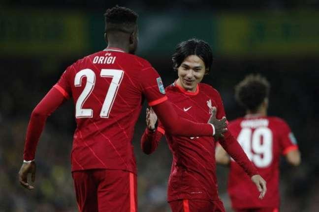 Jogadores do Liverpool comemoram gol no triunfo sobre o Norwich (Foto: ADRIAN DENNIS/AFP)