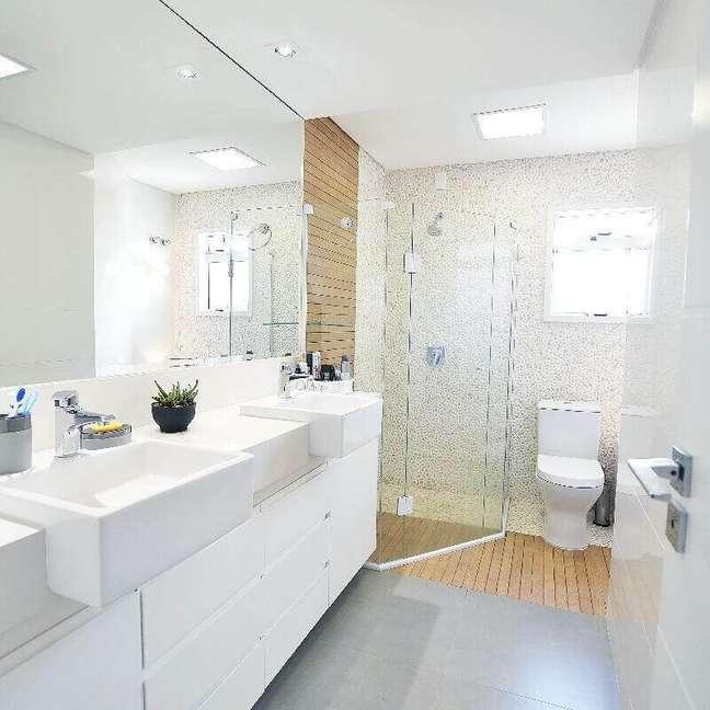 20. Decoração clean de banheiro com piso de madeira no box – Foto: Ana Sekulic Arquitetura