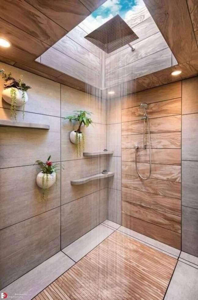 59. Vasos de plantas para decoração de banheiro com piso de madeira no box e claraboia – Foto: Home Fashion Trend