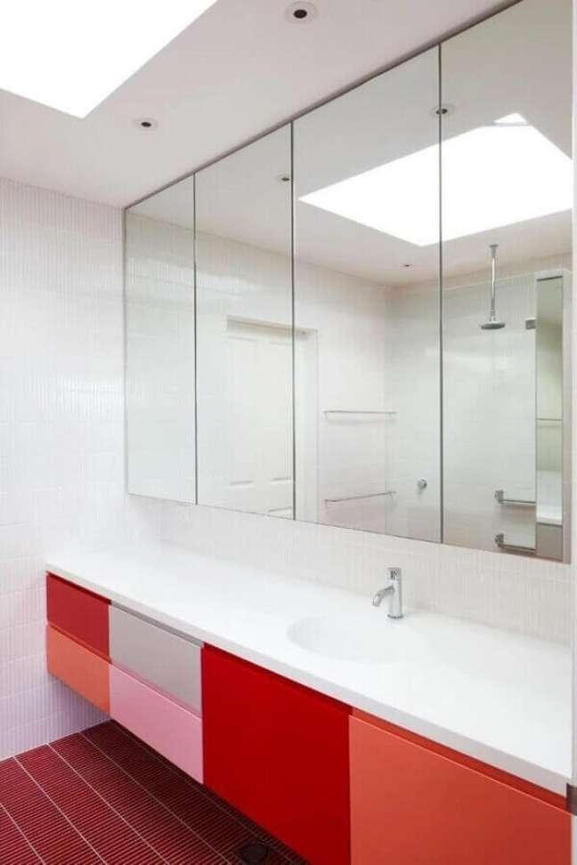 8. Gabinete para banheiro vermelho com portas em várias tonalidades. Fonte: Houzz