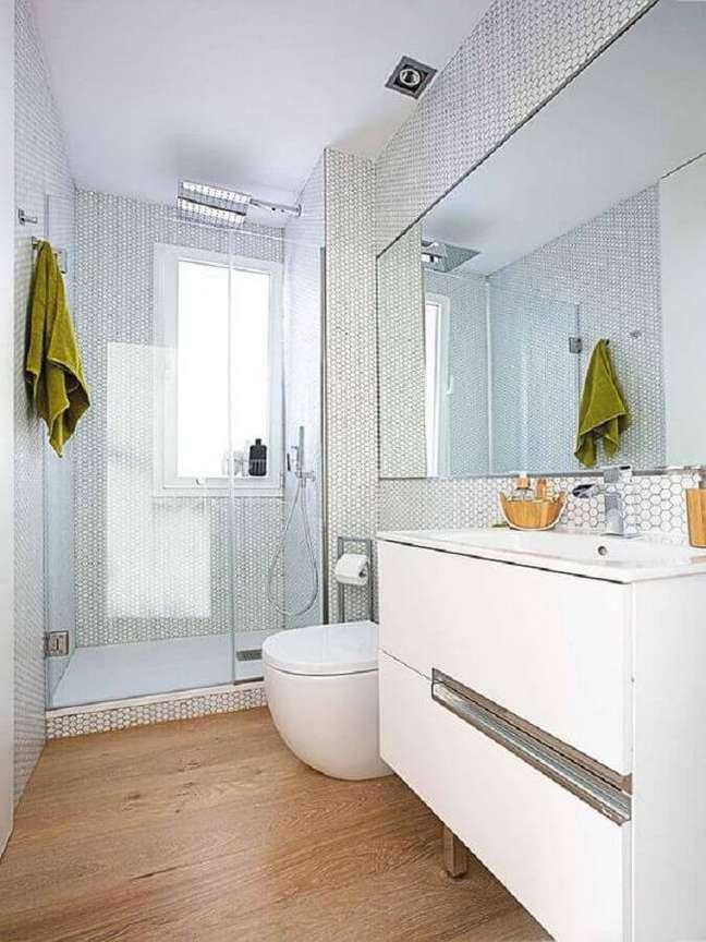 24. Decoração clean para banheiro com piso de madeira e pastilhas hexagonal branca – Foto: Elle Decor