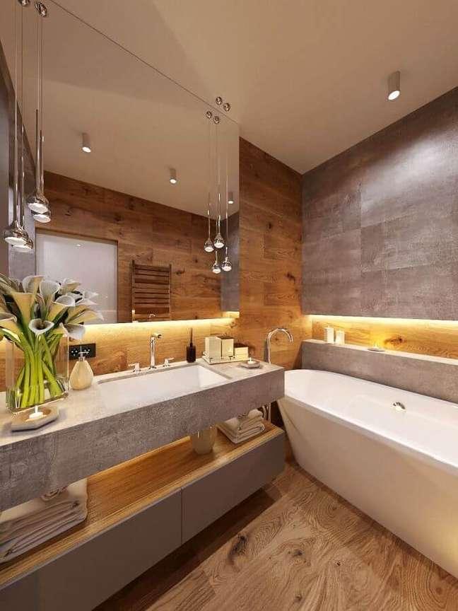 34. Decoração moderna com banheira de imersão para banheiro com piso de madeira – Foto: Houzz