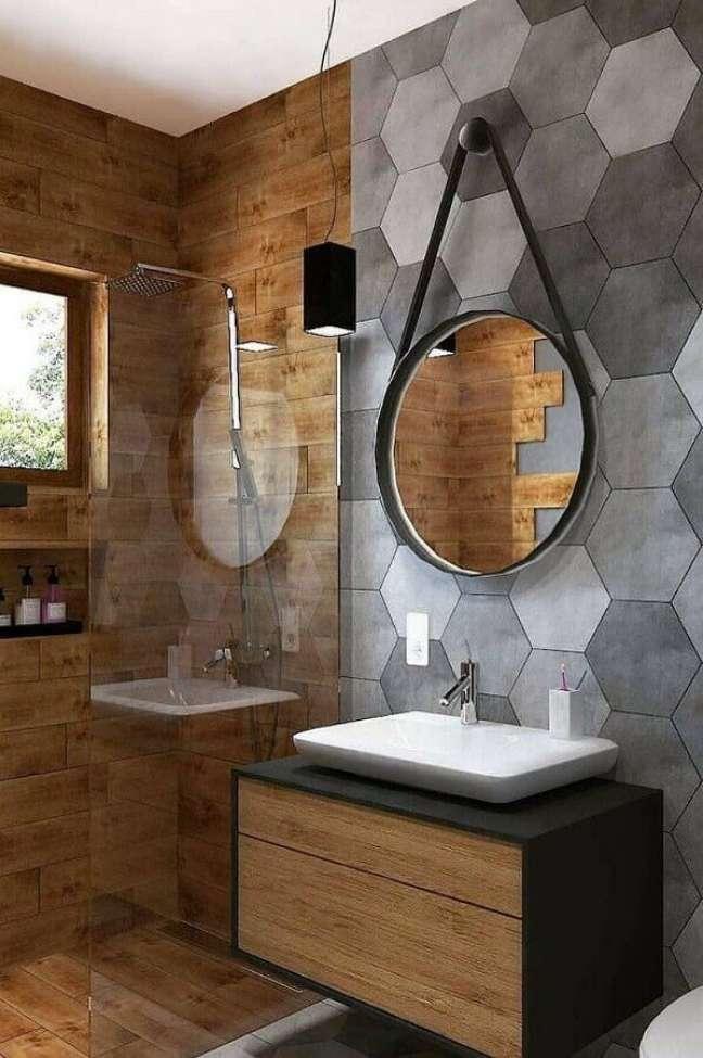 38. Decoração moderna com revestimento hexagonal cinza para banheiro com piso de madeira – Foto: Home Fashion Trend