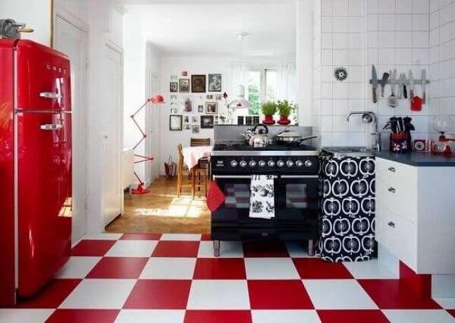 6. O piso xadrez vermelho traz muita personalidade a cozinha vintage. Fonte: Blog Arredamento