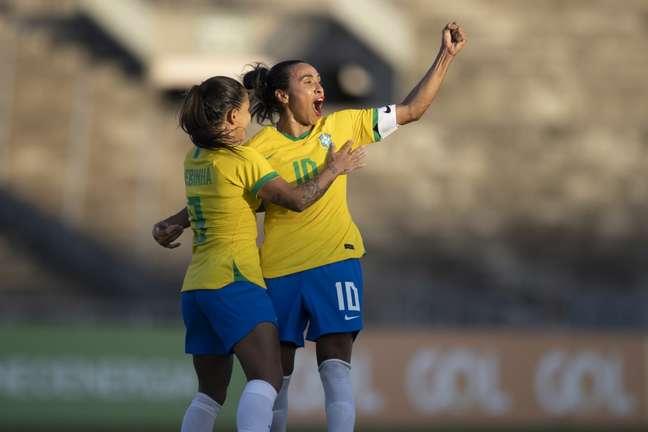 Debinha comemora gol com Marta na goleada do Brasil sobre Argentina em João Pessoa em amistoso Lucas Figueiredo CBF
